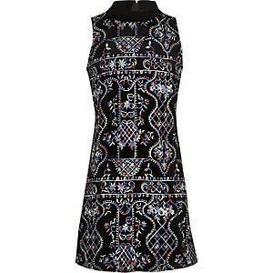 Schwarzes Kleid mit Stickerei und Rollkragen