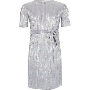 Plissiertes Kleid in Blau-Metallic mit Gürtel