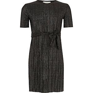 Plissiertes Kleid in Schwarz-Metallic mit Gürtel