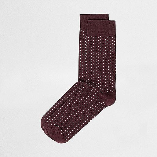 Rote Socken mit Punkten