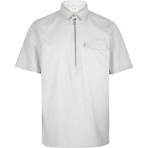 Grijs minimalistisch overhemd met korte mouwen
