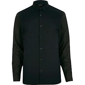 Chemise bleu marine cintrée à manches contrastantes
