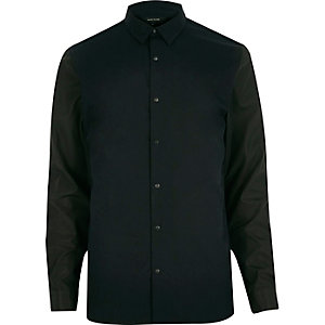 Smal marineblauw overhemd met contrasterende mouwen