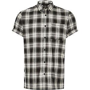 Schwarzes, kariertes Hemd mit kurzen Ärmeln