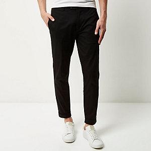Kurze, schwarze Skinny-Hose