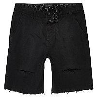 Schwarze, schmale Shorts im Used Look
