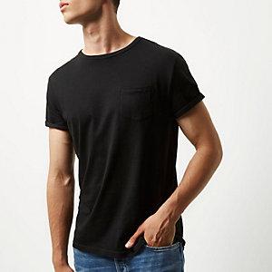 T-shirt noir à manches retroussées avec poche