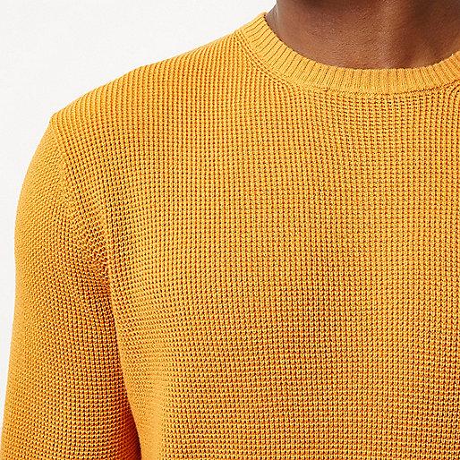 Dunkelgelber, strukturierter Pullover