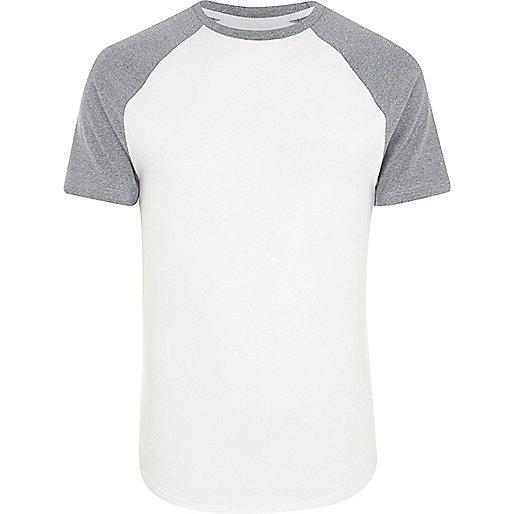 T-shirt blanc à coupe ajustée et manches raglan