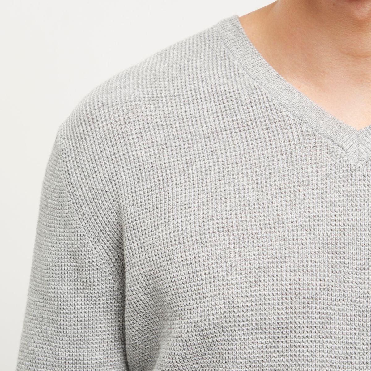 Grauer, strukturierter Pullover mit V-Ausschnitt