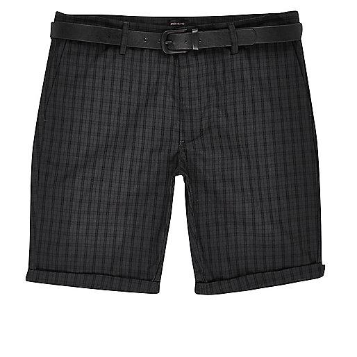 Marineblaue Bermuda-Shorts mit Karos und Gürtel