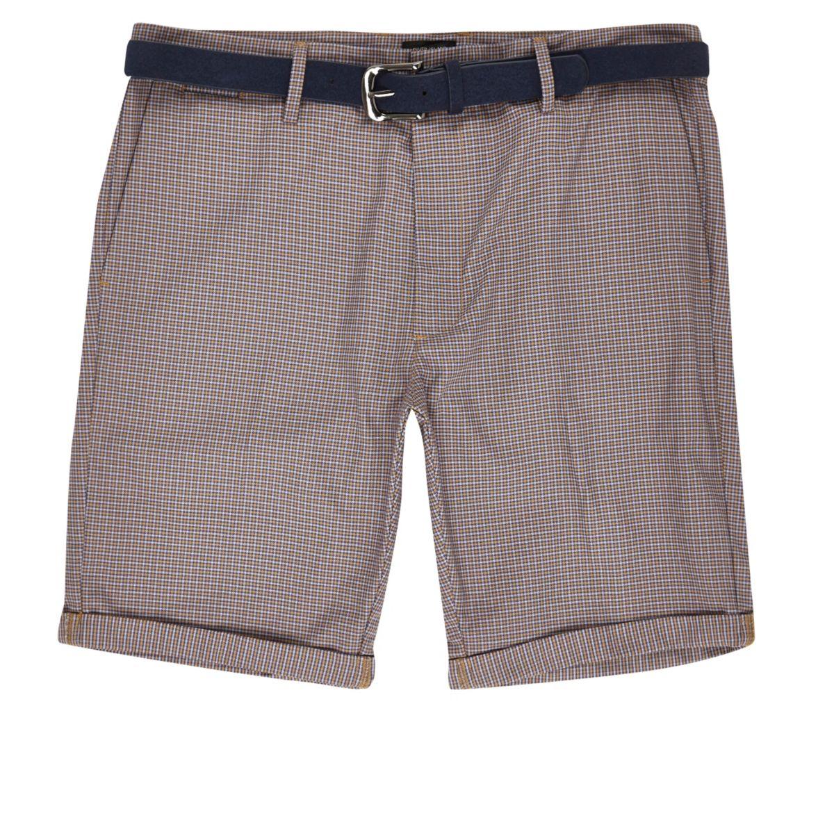 Rote Shorts mit Hahnentritt-Muster und Gürtel
