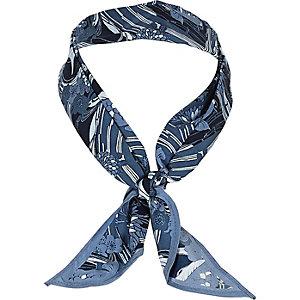 Blauer Schal mit Fischmotiv