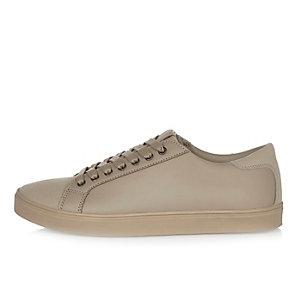 Steingraue Sneaker