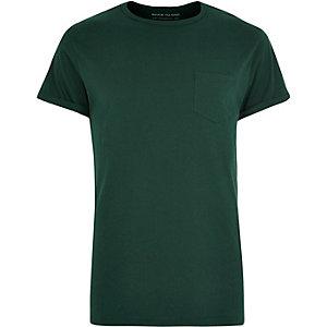 T-shirt vert foncé à manches retroussées