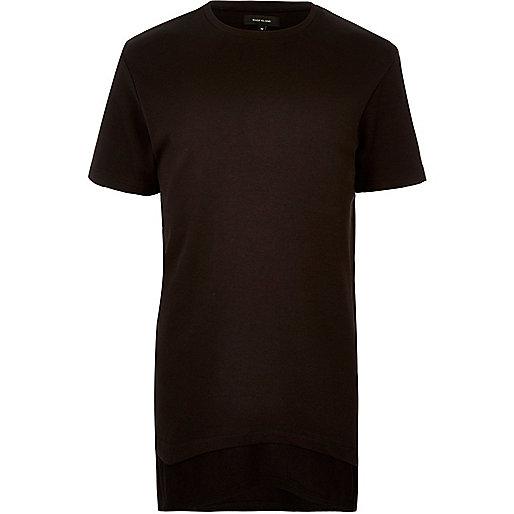 Langes, schwarzes T-Shirt im Lagen-Look