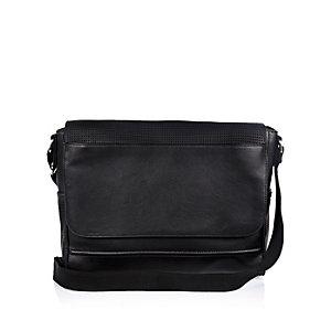 Zwarte satchel met overslag en textuur
