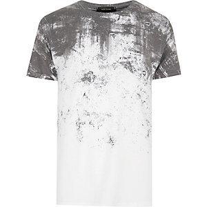 T-shirt blanc à imprimé effet craquelé délavé