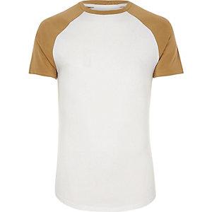 Wit-geel aansluitend T-shirt met raglanmouwen