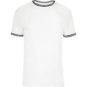 Weißes, sportliches T-Shirt