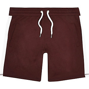 Rote, gestreifte Shorts