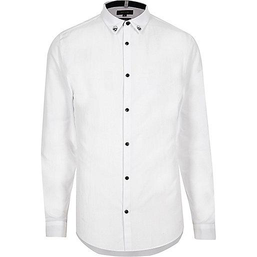 Chemise blanche cintrée habillée avec col orné de têtes de mort