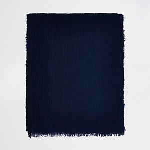 Donkerblauwe sjaal met kreuktextuur