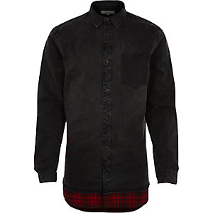 Chemise en jean noire déchirée avec bordure à carreaux