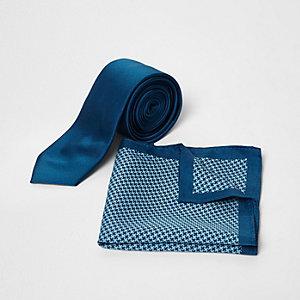 Blaues Einstecktuch und Krawatte