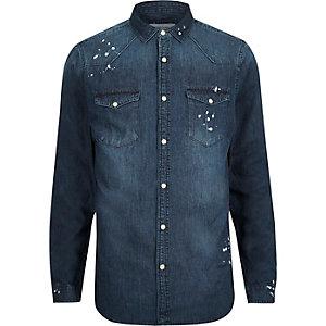Donkerblauwe wash denim overhemd met verfspetters