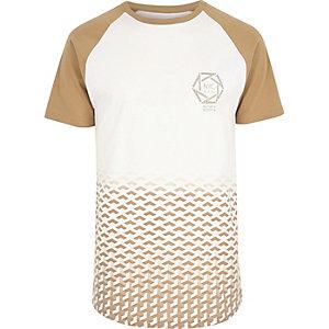 Weißes T-Shirt mit Raglanärmeln und geometrischem Muster