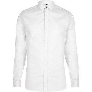 Weißes, schmales Hemd mit spitzem Kragen