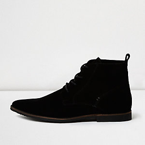 Zwarte suède desert boots met puntige neus