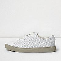 Witte sneakers met perforaties