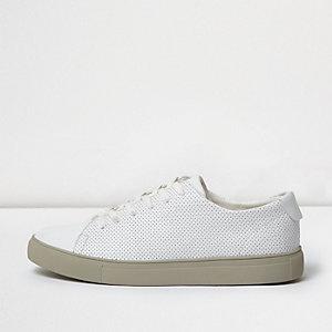 Weiße, perforierte Sneaker