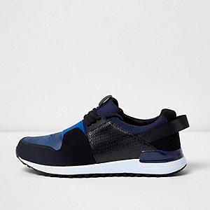 Blaue Sneaker mit Camouflage-Muster