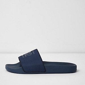 Marineblauwe mesh slippers met '92'-print