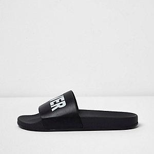 Schwarze Slipper mit Print