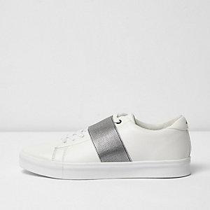 Baskets blanches à lacets avec élastique sur le devant