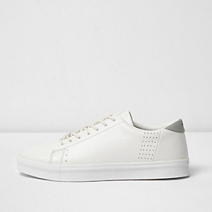 Witte vetersneakers met perforaties
