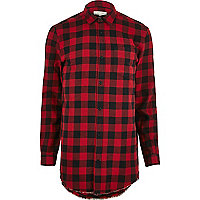 Chemise en flanelle rouge à carreaux et ourlet brut
