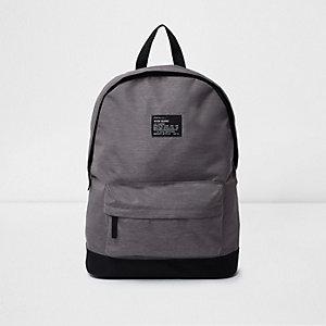 Grauer Rucksack mit Reißverschlusstasche