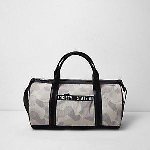 Steingraue Reisetasche mit Camouflage-Muster