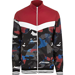 Rote Trainingsjacke mit Camouflage-Muster