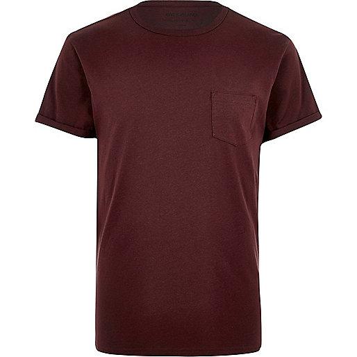 T-shirt rouge foncé à manches retroussées