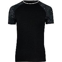 Schwarzes, figurbetontes T-Shirt mit Bandana-Print