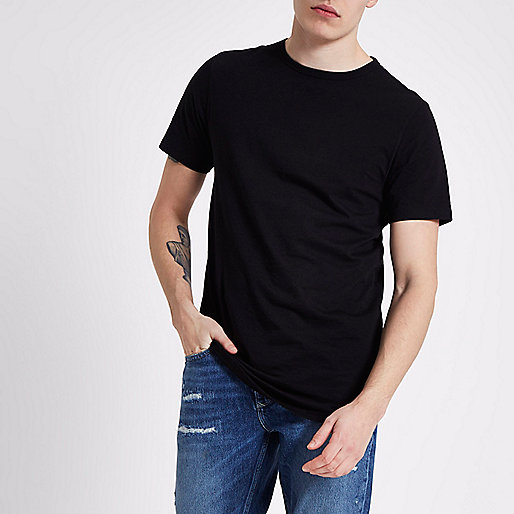 Langes schwarzes T-Shirt mit abgerundetem Saum