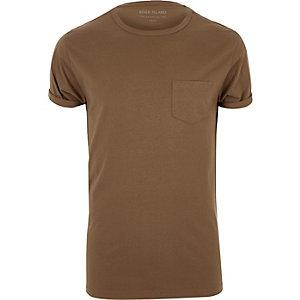 T-shirt marron à manches retroussées