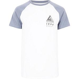 T-shirt blanc à manches raglan avec logo sur la poitrine