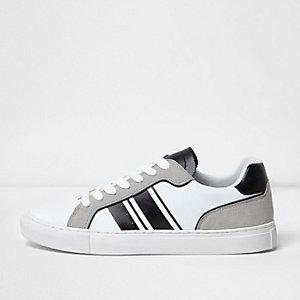 Wit met grijze gestreepte sneakers met veters
